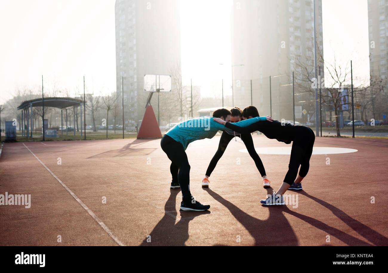 Freunde fitness training zusammen im Freien leben Aktiv gesund Stockbild