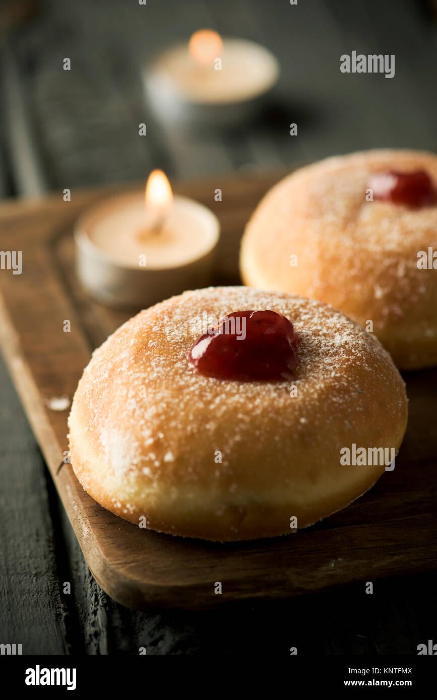 Nahaufnahme von einigen sufganiyot, jüdische Krapfen gefüllt mit Strawberry jelly traditionell gegessen Stockbild
