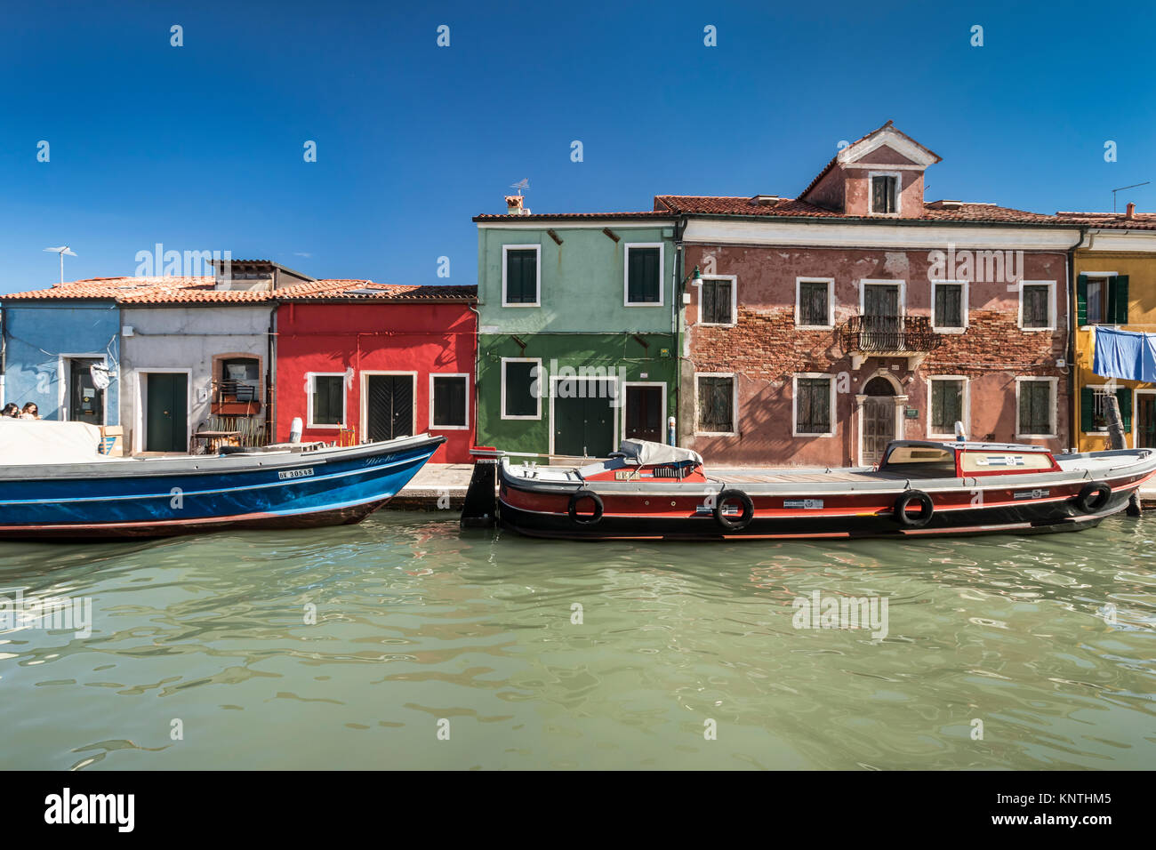 Die bunten Gebäude, Kanäle und Boote im venezianischen Dorf Burano, Venedig, Italien, Europa. Stockbild
