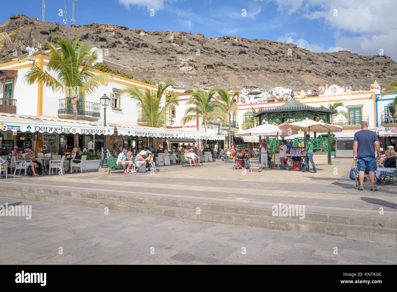 Der Dorfplatz von Puerto de Mogan Stockbild