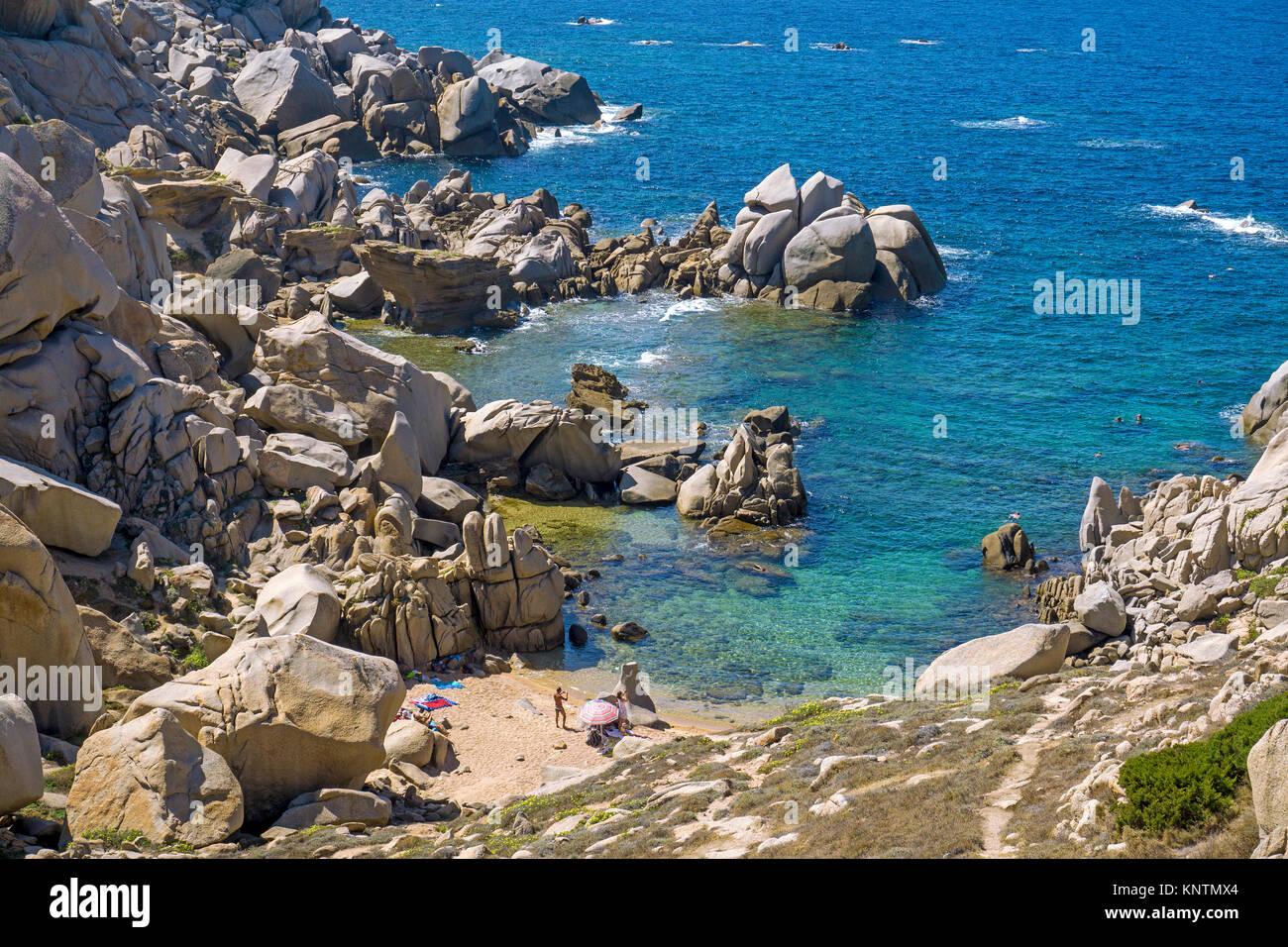 Winziger Strand umgeben von Granitfelsen am Capo Testa, Santa Teresa di Gallura, Sardinien, Italien, Mittelmeer, Stockbild