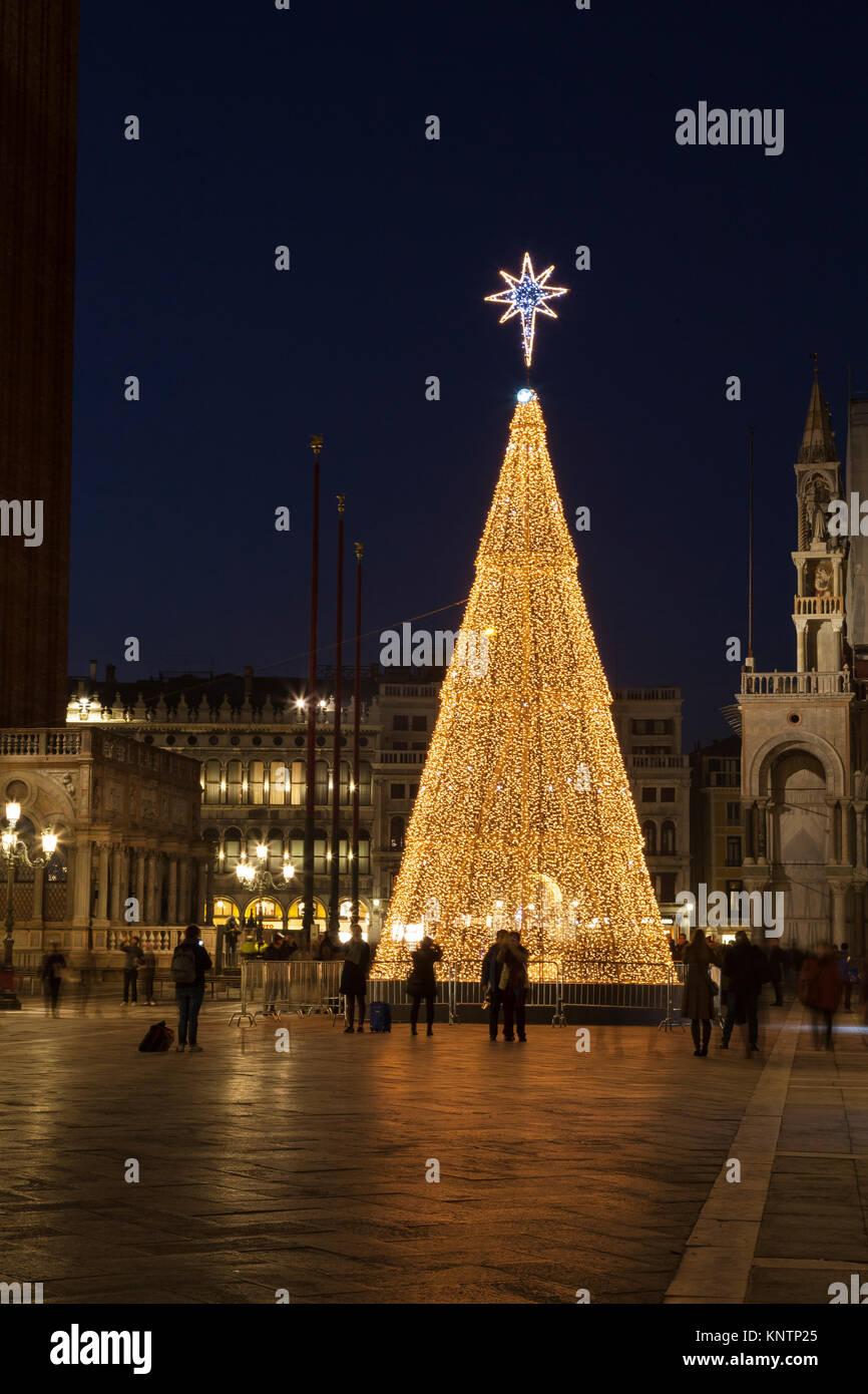 Die Leute bewundern die beleuchtete Weihnachtsbaum an der Piazza San Marco, San Marco, Venedig, Venetien, Italien. Stockbild