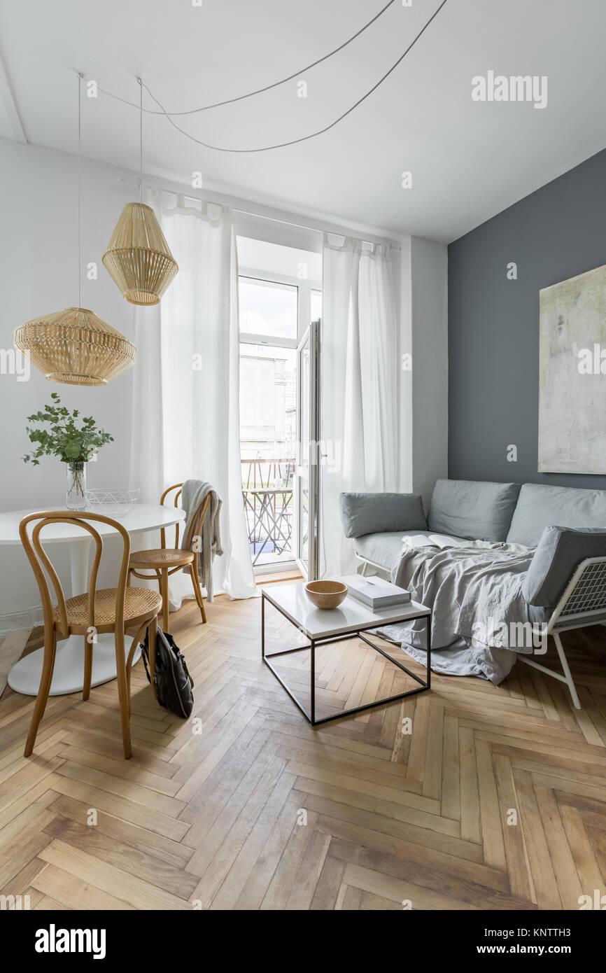 Skandinavische Wohnzimmer Mit Doppelschlafsofa Und Holz  Zubehör Stockbild
