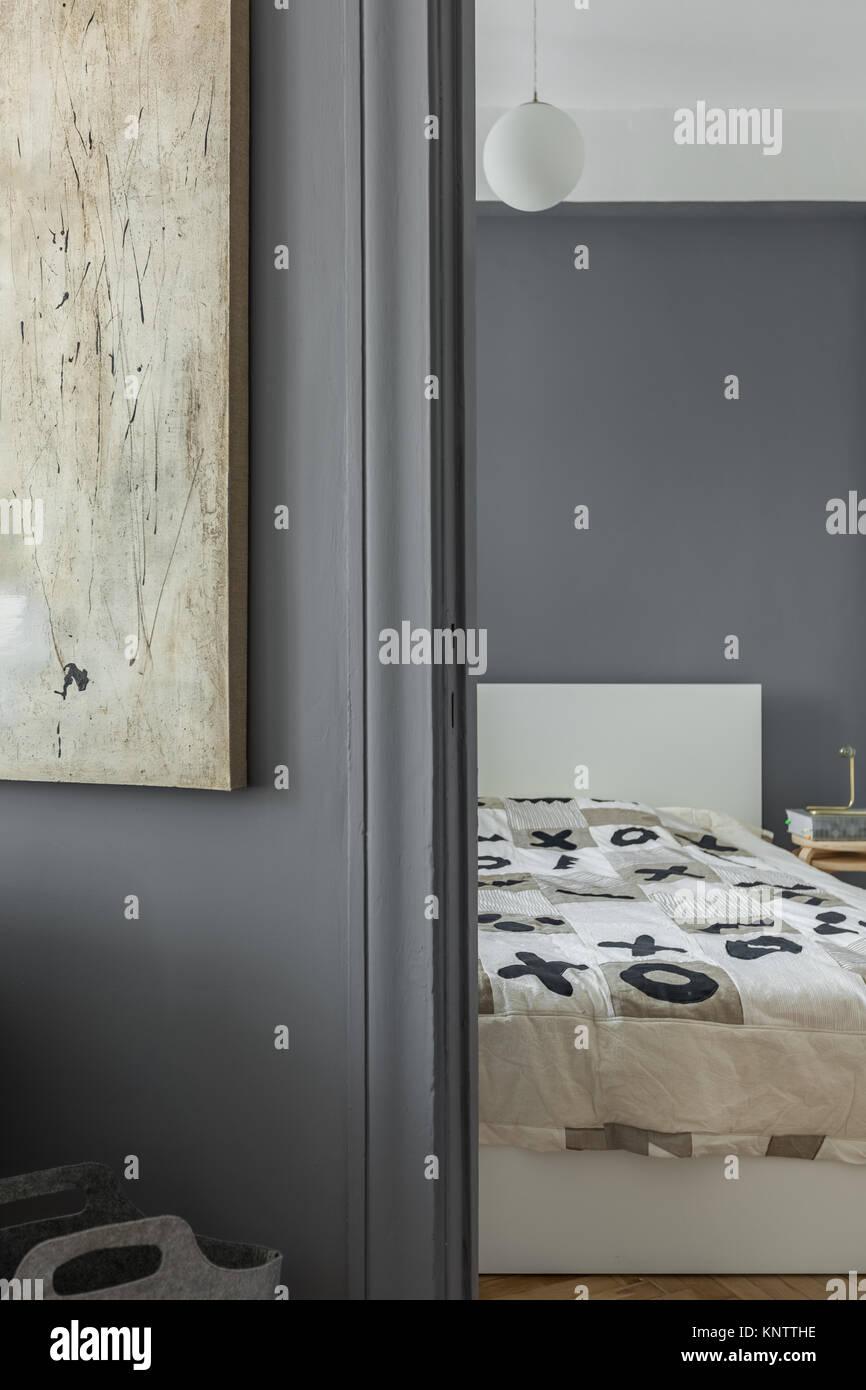 Rahmen Der Grauen Wand Mit Malerei Und Schlafzimmer In Der Wohnung Stockbild