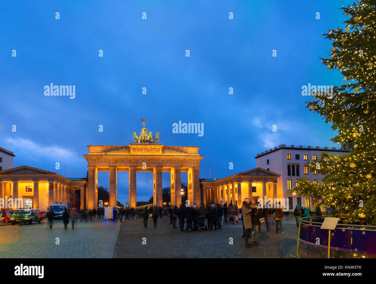 Bradenburg Tor mit Weihnachtsbaum Stockbild