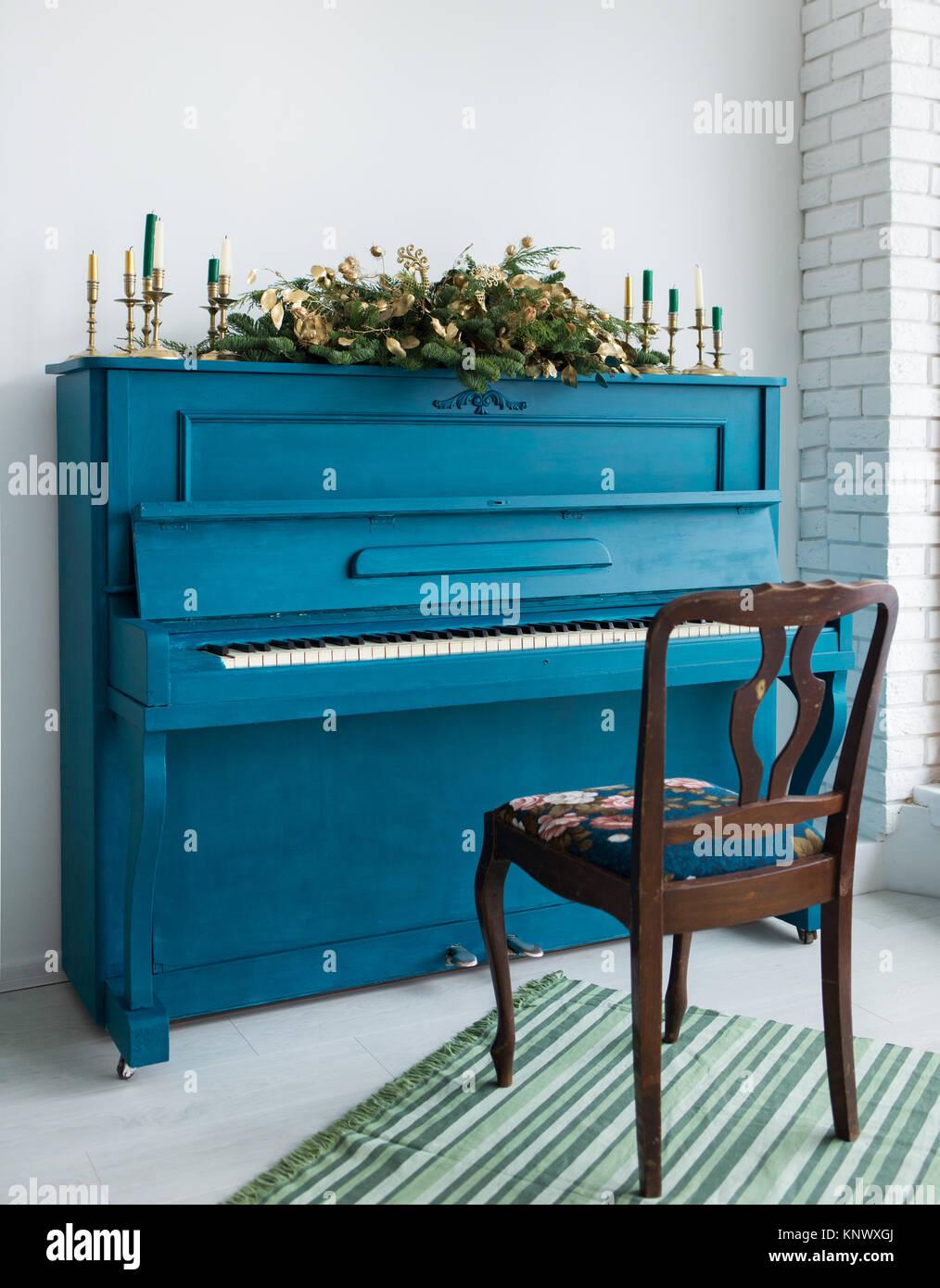 Blau Lackiert Altes Klavier Mit Langen Weihnachten Girlanden Und