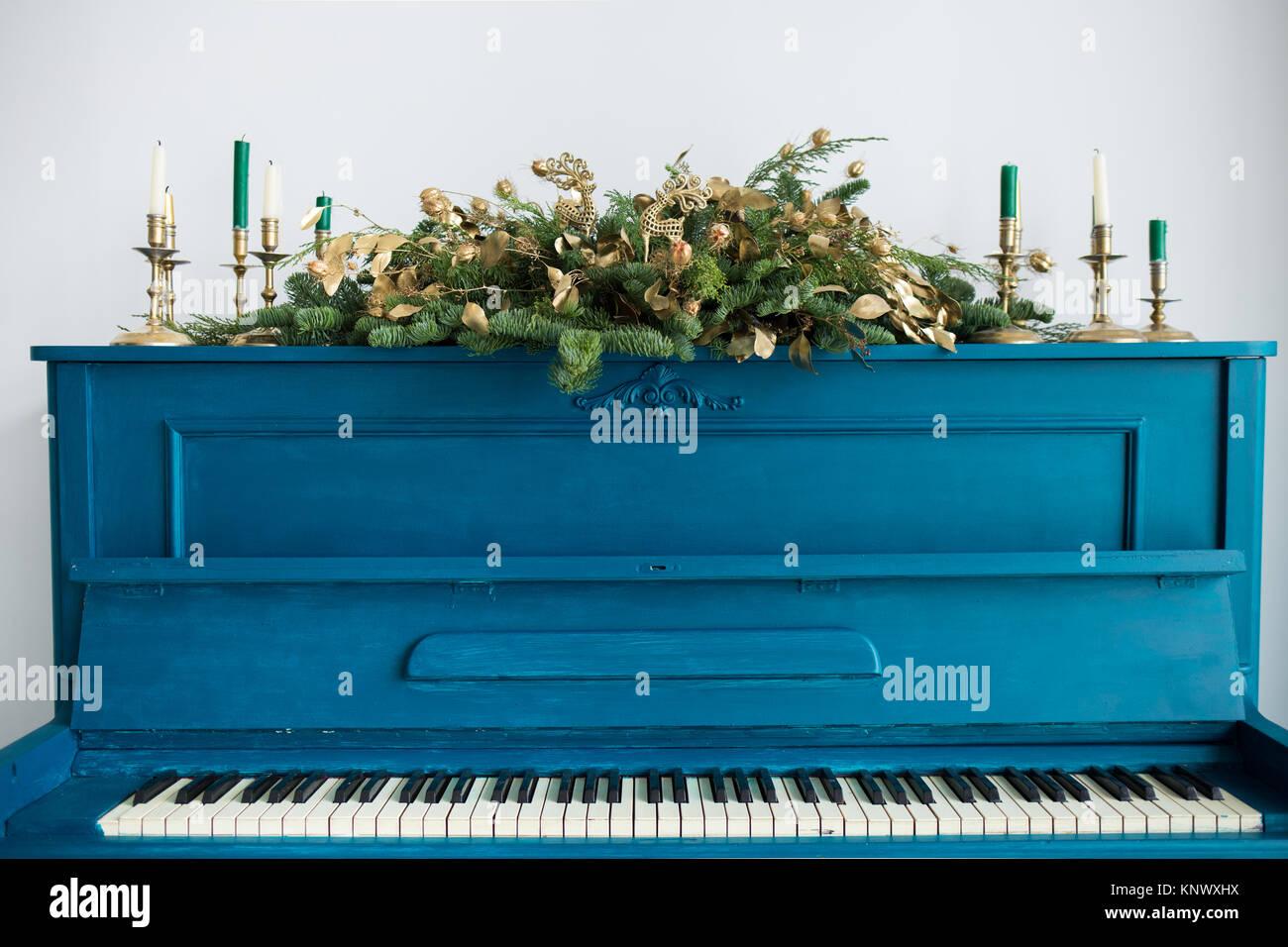 Nahaufnahme Der Blau Lackierten Altes Klavier Mit Weihnachten