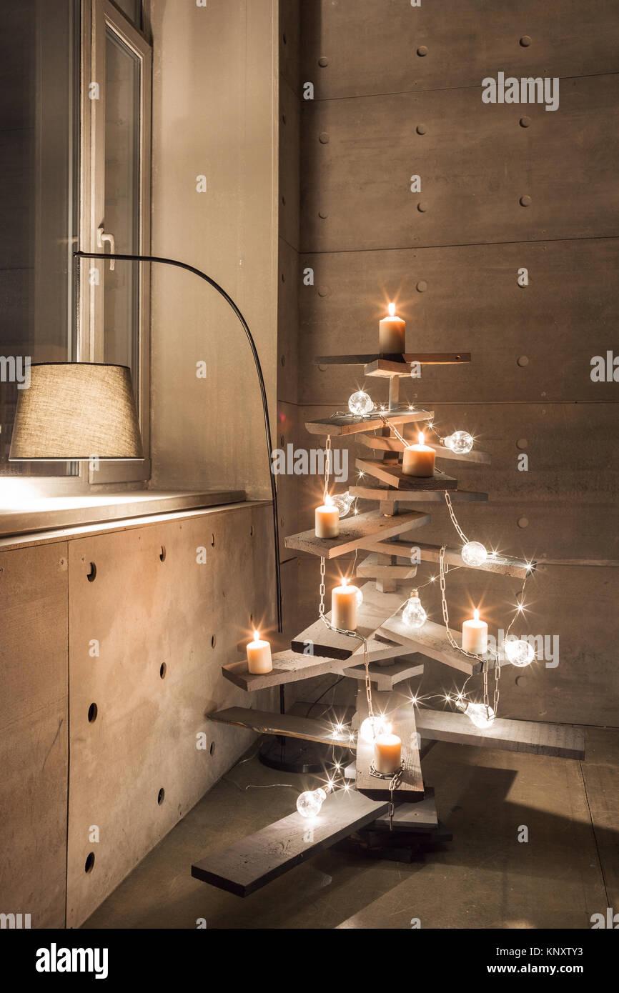 Alternative Holz Weihnachtsbaum. Eine handgefertigte Weihnachtsbaum und Glühbirne auf dem Boden im Zimmer Stockbild