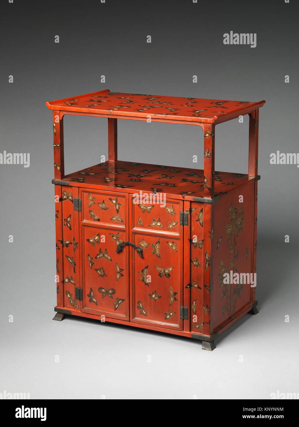 Schrank mit Design von Schmetterlingen. Zeitraum: Edo periode (1615 ...