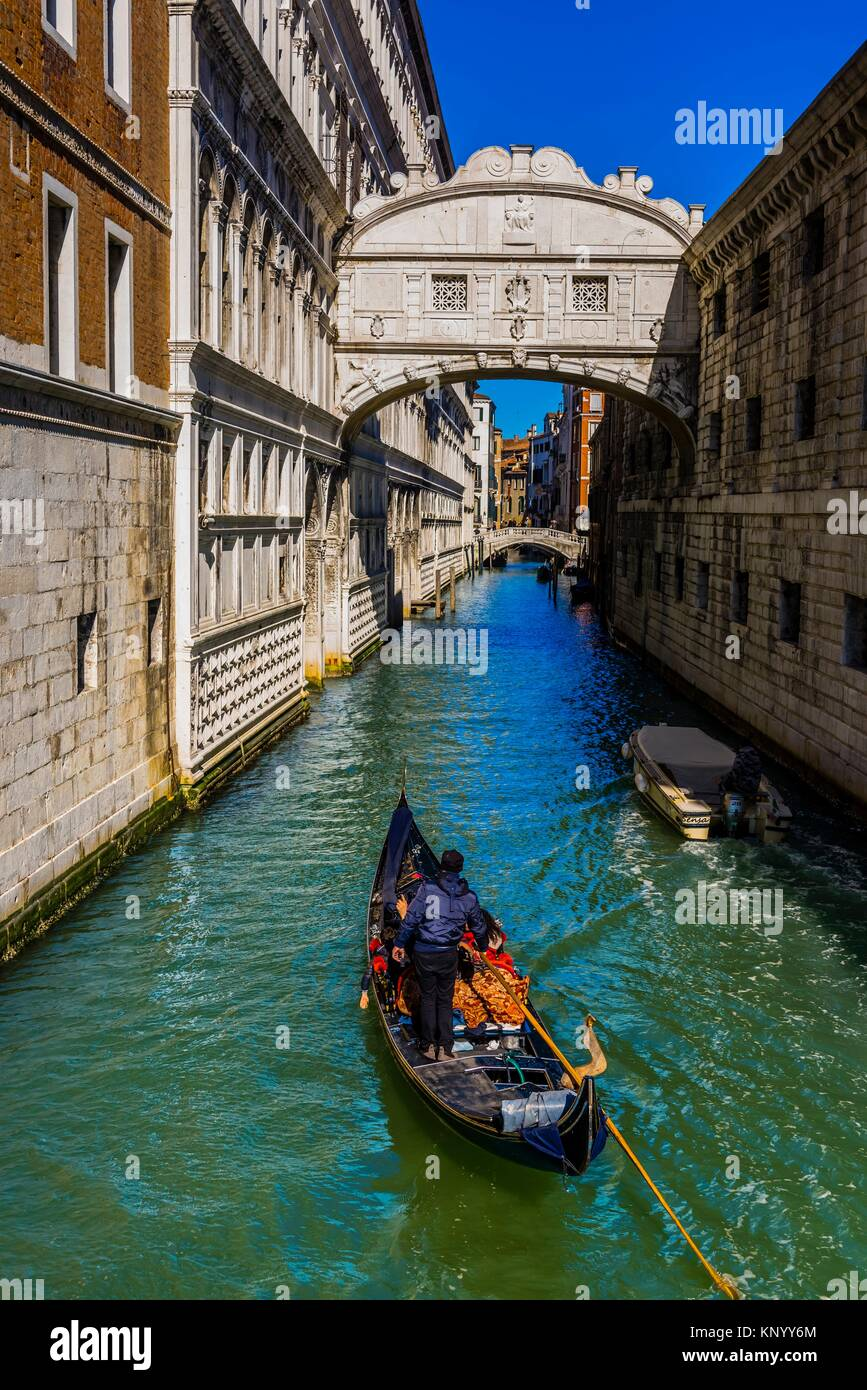 Blick von der Brücke der Seufzer zu Kanal hinter Doge's Palace, Venedig, Italien. Stockbild