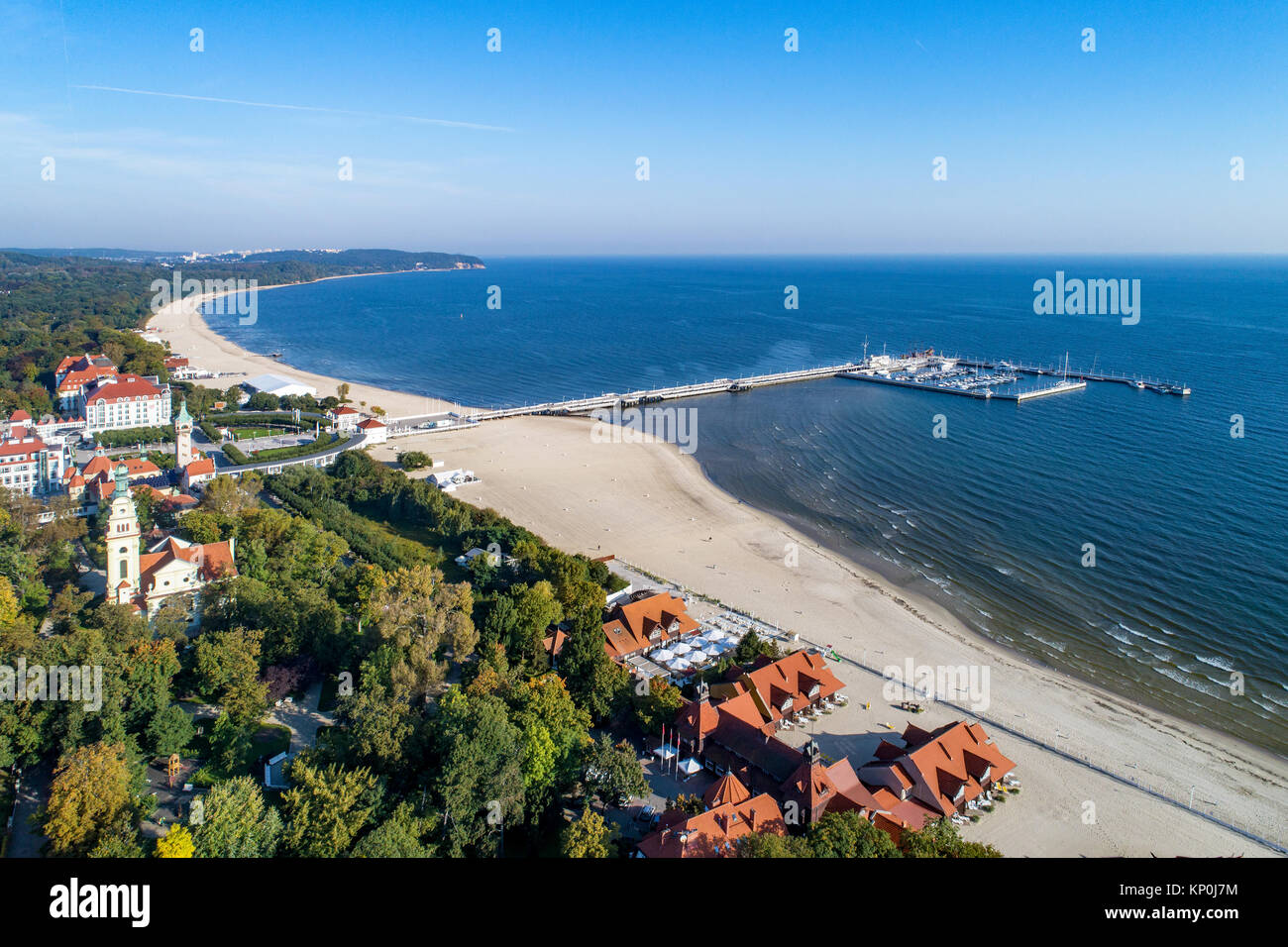 Sopot Resort in Polen. Hölzerne Seebrücke (Molo) mit Marina, Yachten, Strand, der Alte Leuchtturm, Kirche, Stockbild