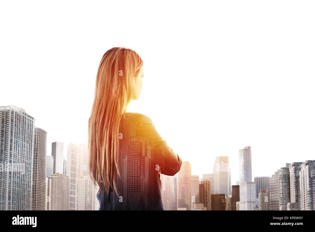 Geschäftsfrau blickt weit in die Zukunft Stockbild