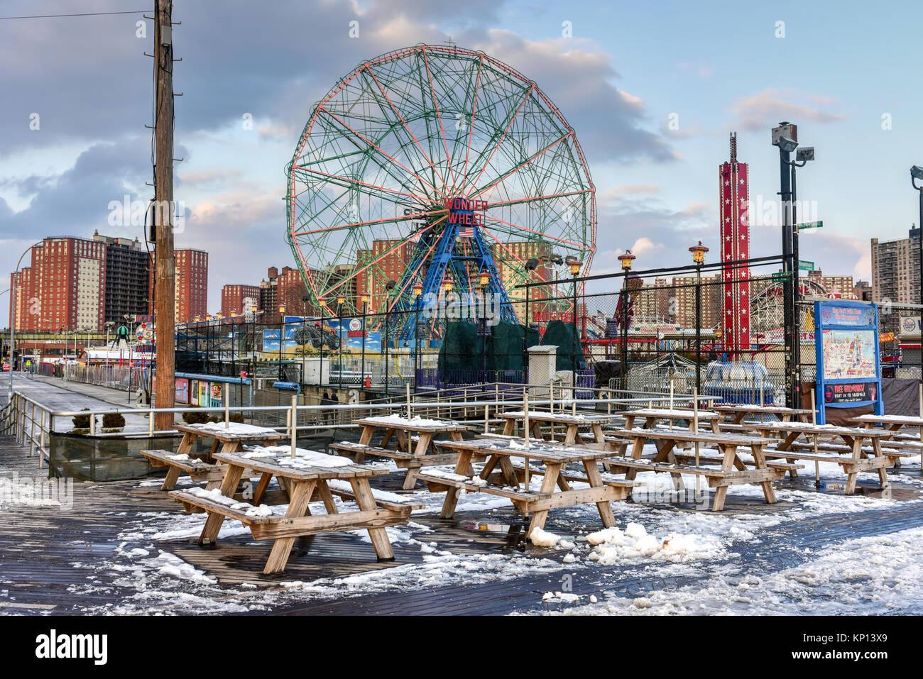 New York City - Dezember 10, 2017: Wonder Wheel im Luna Park. Es ist ein Vergnügungspark in Coney Island eröffnet Stockbild