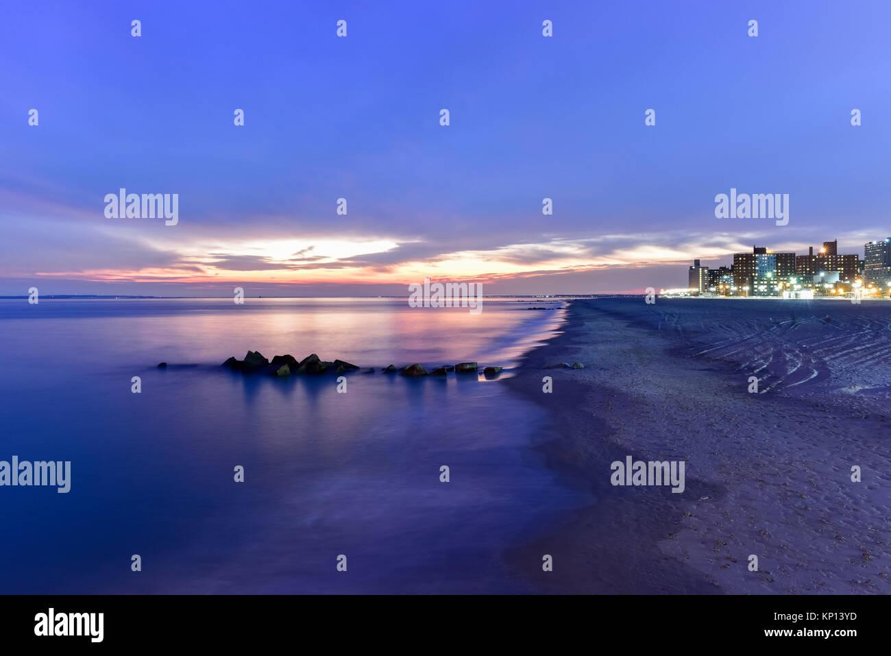 Dramatischer Sonnenuntergang am Strand von Coney Island in Brooklyn, New York. Stockbild