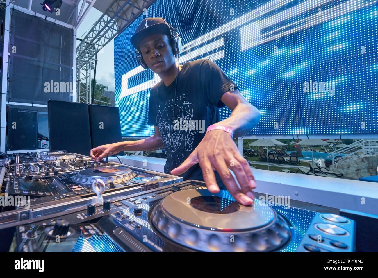 DJ DebK an Musik Festival Starbeach Lovestar Neon in Hersonissos, Kreta, Griechenland, am 23. August 2017 Stockbild