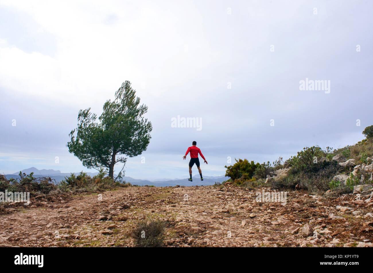 Sportler durch die Luft in den Bergen von San Vicente del Raspeig, Alicante, Valencia, Spanien springen Stockbild