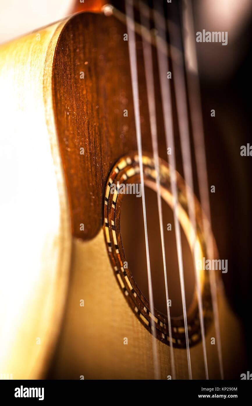 TIMPLE INSTRUMENT zum Verkauf hängen in einem music shop Stockbild