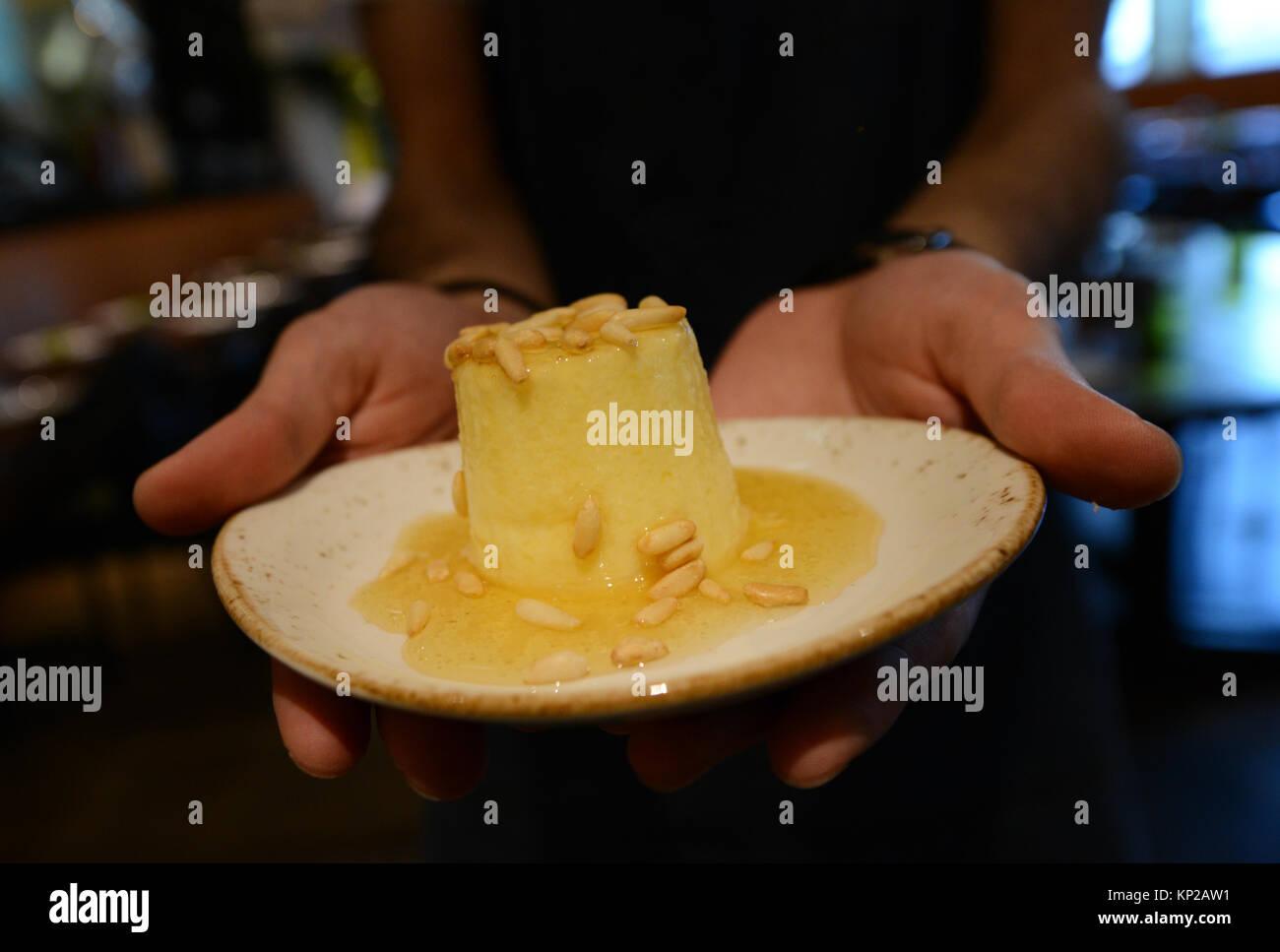 Ricotta Käse garniert mit Manuka Honig und Kiefer - Muttern. Stockbild