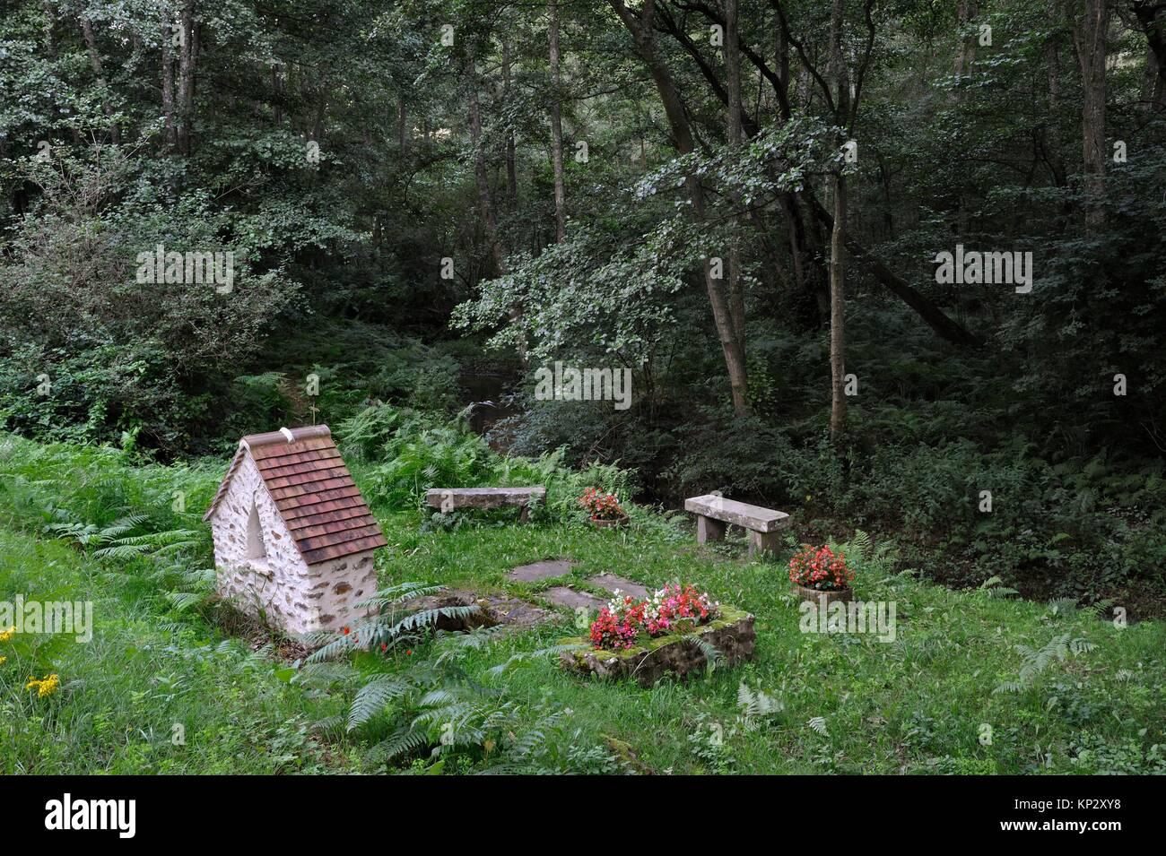 Bildstock und Saint-Fort Brunnen an der Rochers d'Angennes Ort im Wald von Rambouillet, Haute Vallée de Stockbild