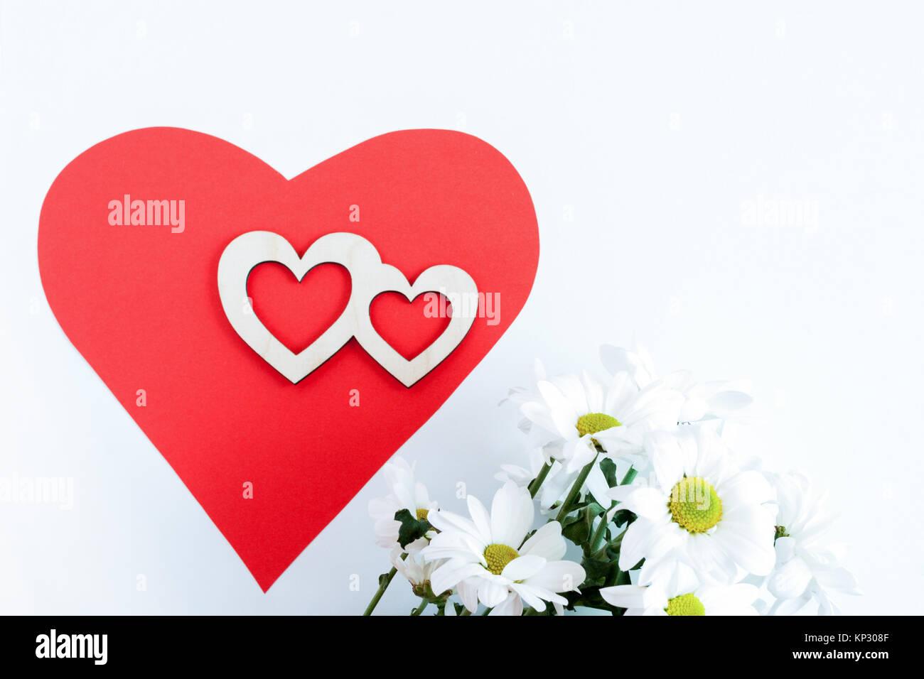 Gut gemocht Rotes Herz aus Papier, zwei geschnitzte hölzerne Herz auf es und HJ42