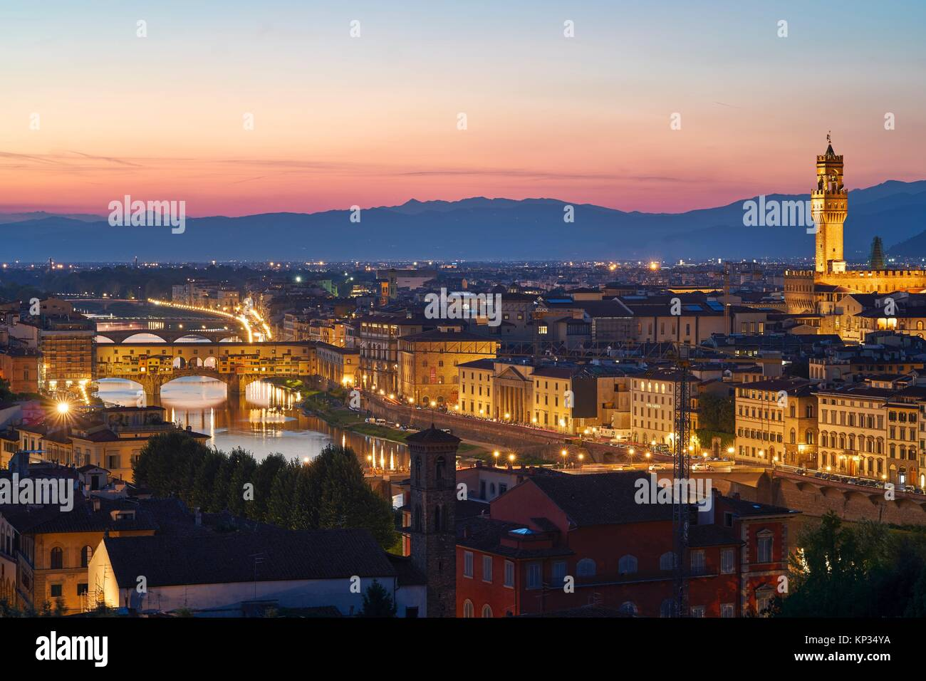 Florenz Stadtbild bei Sonnenuntergang mit dem Palazzo Vecchio (Alter Palast) und dem Fluss Arno. Toskana, Italien Stockbild