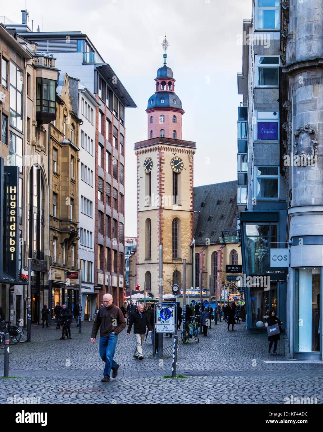 Frankfurt am Main, Hessen.Stein Straße Fußgängerzone mit Geschäften und Blick auf die St. Catherine's Stockbild
