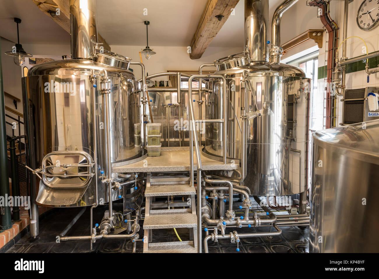 Moderne Bier Anlage (Brauerei), mit brauen Kessel, Behälter, Wannen ...