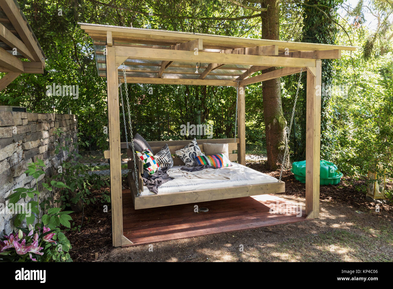 gro e schaukel im bett chaiselongue im garten pergola garten bett mit kissen gro en bett zum. Black Bedroom Furniture Sets. Home Design Ideas