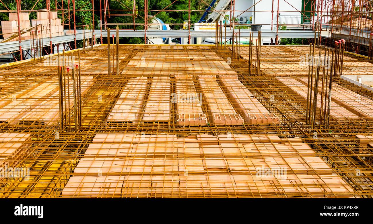 Fußboden Aus Beton Gießen ~ Ziegel und stahl verstärkung vor dem gießen von beton für den bau