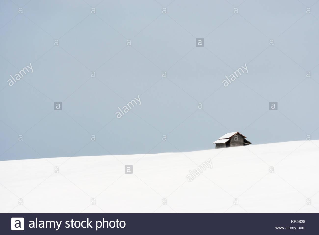 Haus auf einem verschneiten Hügel. Minimalistische winter Szene in Biei, Hokkaido, Japan Stockfoto