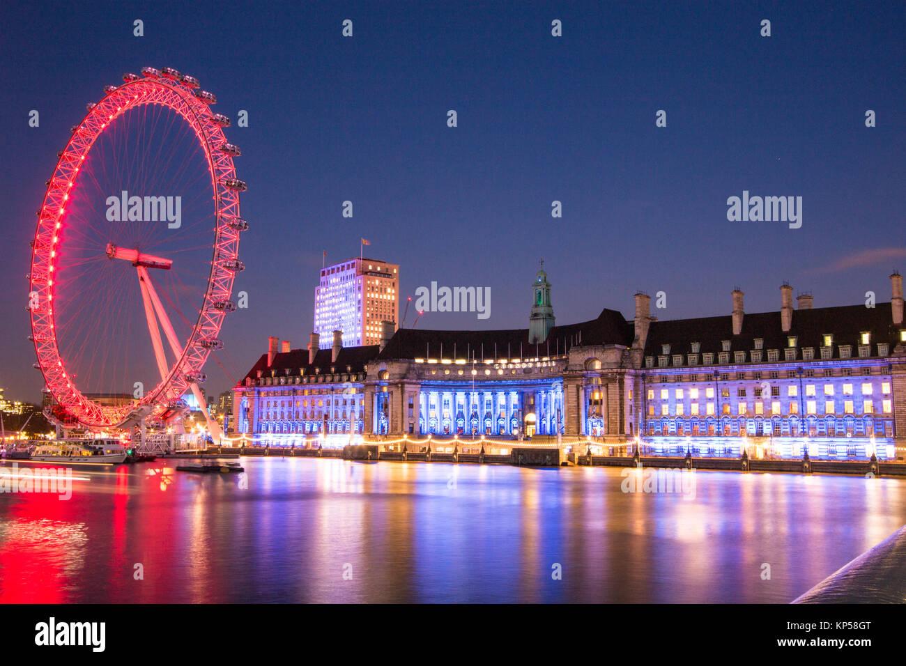 Berühmte Londoner Wahrzeichen, das London Eye und das London Aquarium, beleuchtet bei Nacht Stockbild