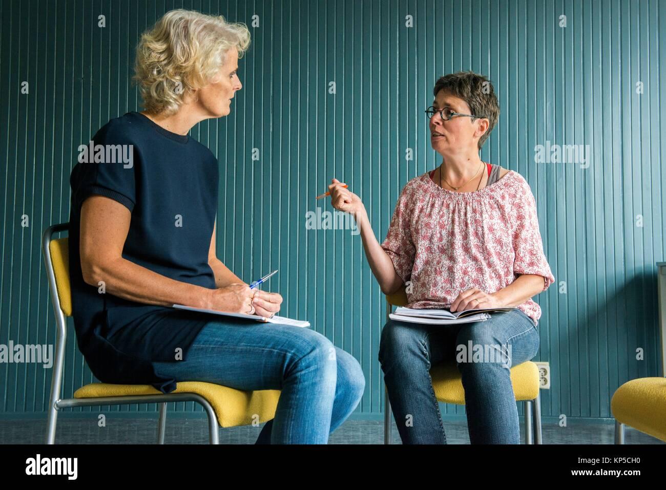 Tilburg, Niederlande. Reifen erwachsenen Frau mit einer Coaching-Interview auf der Suche nach einem neuen Job und Stockfoto