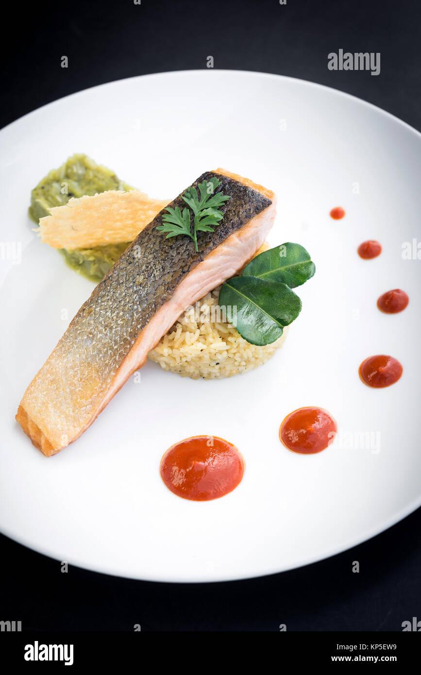 Gourmet Kuche Lachs Fisch Filet Mit Guacamole Und Kurkuma Reis Essen Stockfotografie Alamy