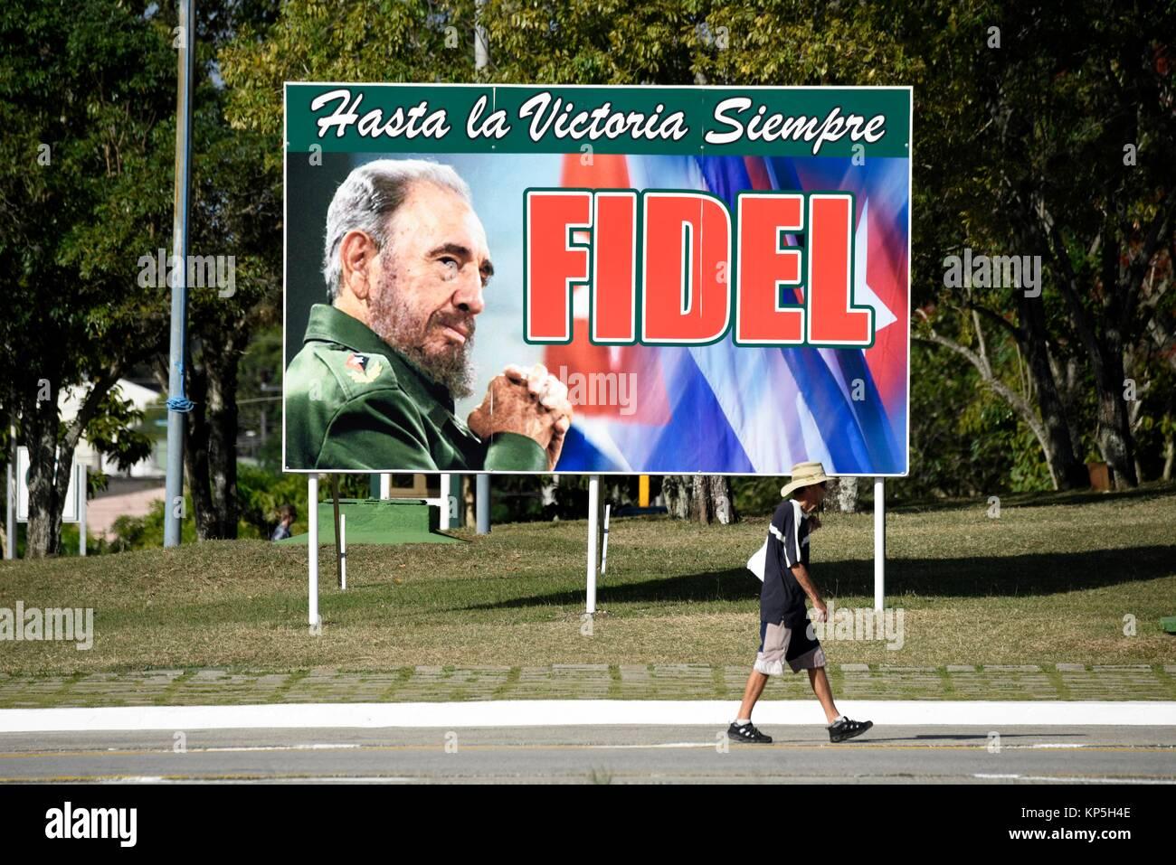 Schild mit ein Bild von Fidel Castro und ein Slogan von der Kubanischen Revolution'' Hasta la victoria siempre''. Stockbild