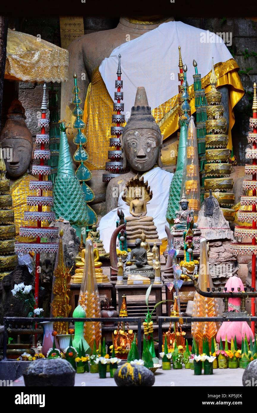 Ein buddhistischer Schrein im Wat Phu, ein ruiniertes Khmer Hindu Tempel Komplex in Champassak, Süd Laos, Südostasien. Stockbild