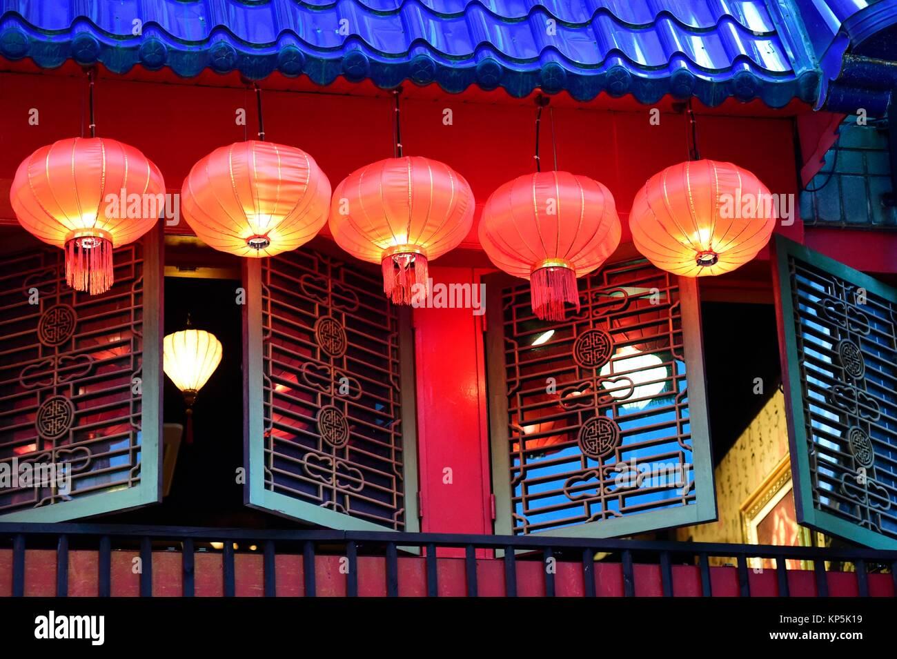 Chinesische Laternen in einer Straße von Jeju hängend, Jeju Island, South Korea. Stockbild