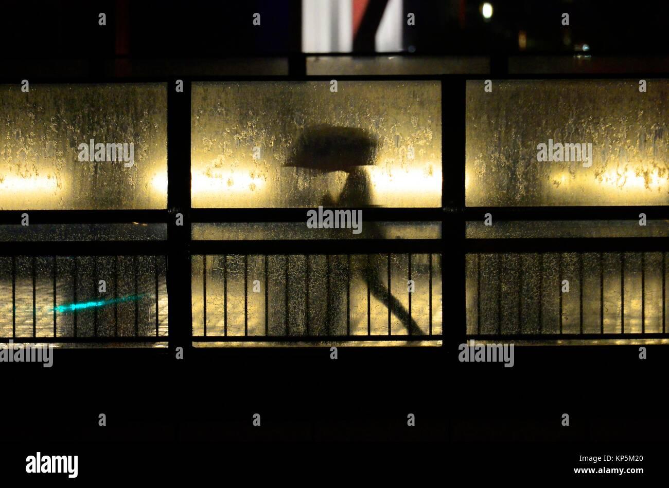 Silhouette der Mann mit Regenschirm, Tokio, Japan, Asien. Stockbild