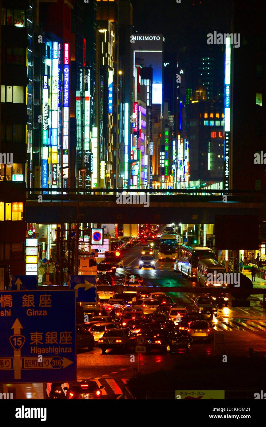 Neon Lichter in der Nacht in einer Straße von Tokio, Japan, Asien. Stockbild