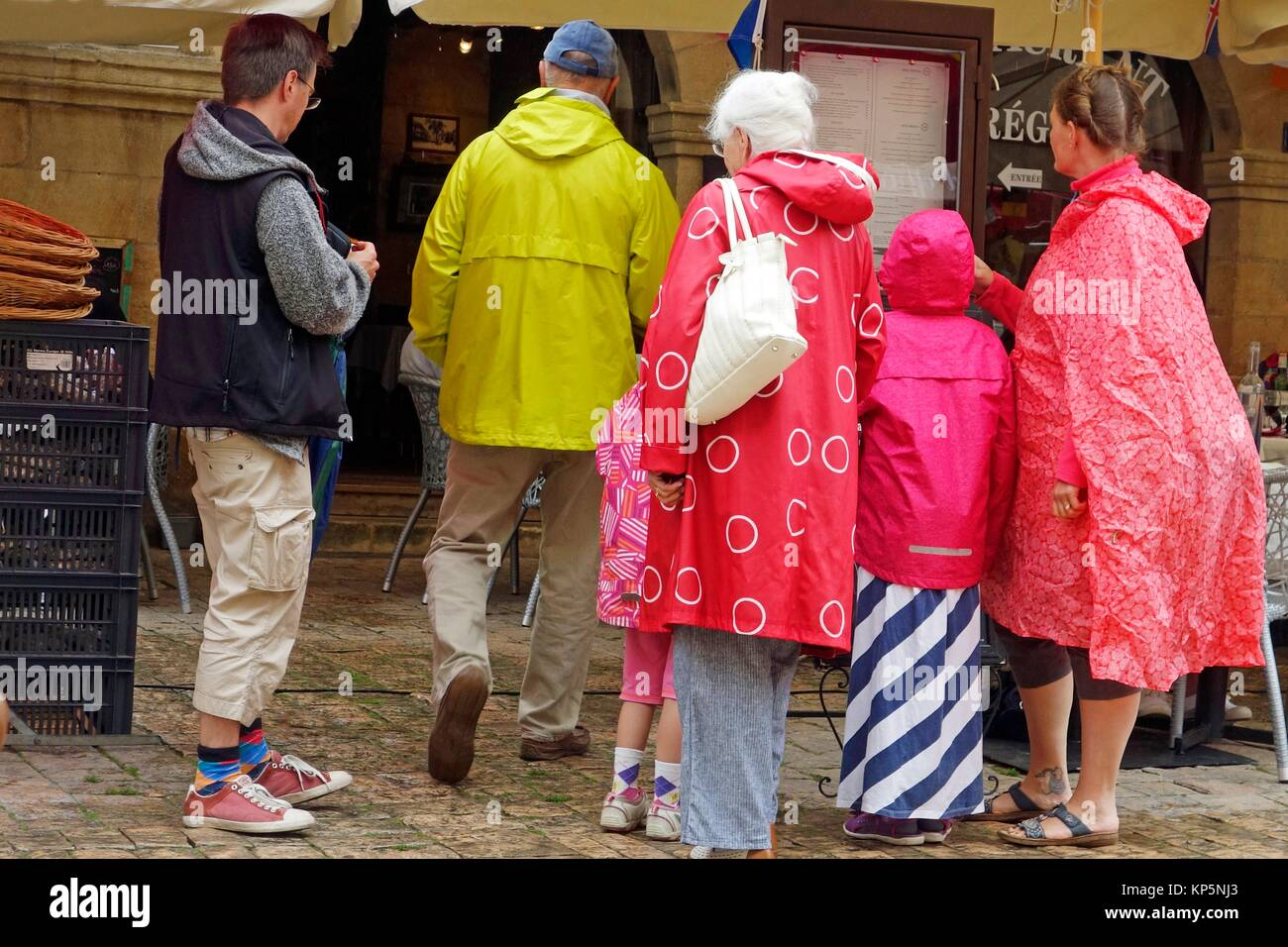 d7e1889d353d11 Käufer tragen bunte Regenmäntel, Sarlat-la-Canéda, Frankreich ...