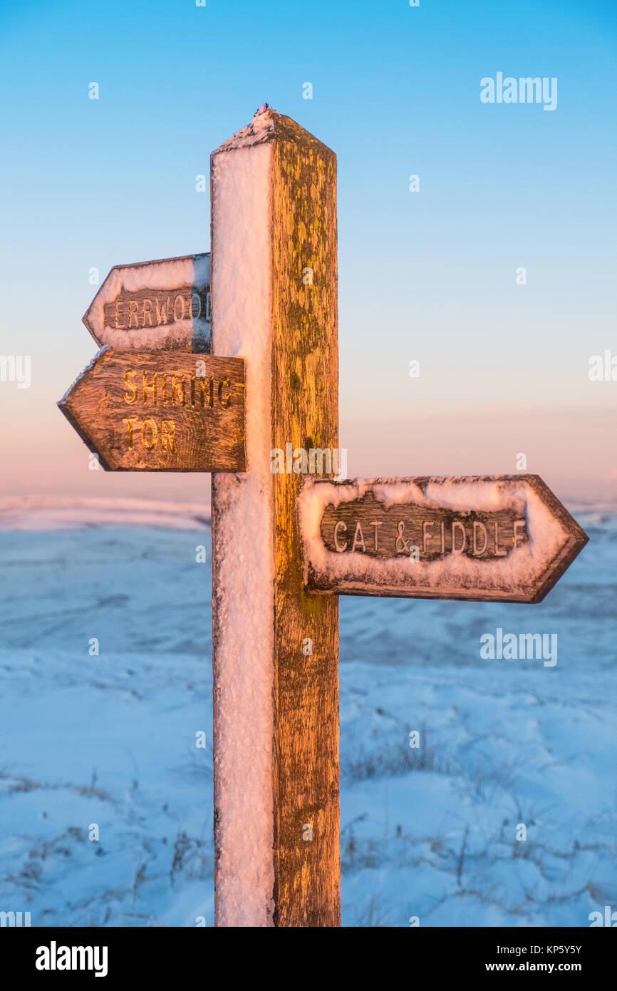 Schnee bedeckte Finger post/Fußweg Zeichen für Shining Tor, Errwood und die Katze und Geige in der Peak Stockbild