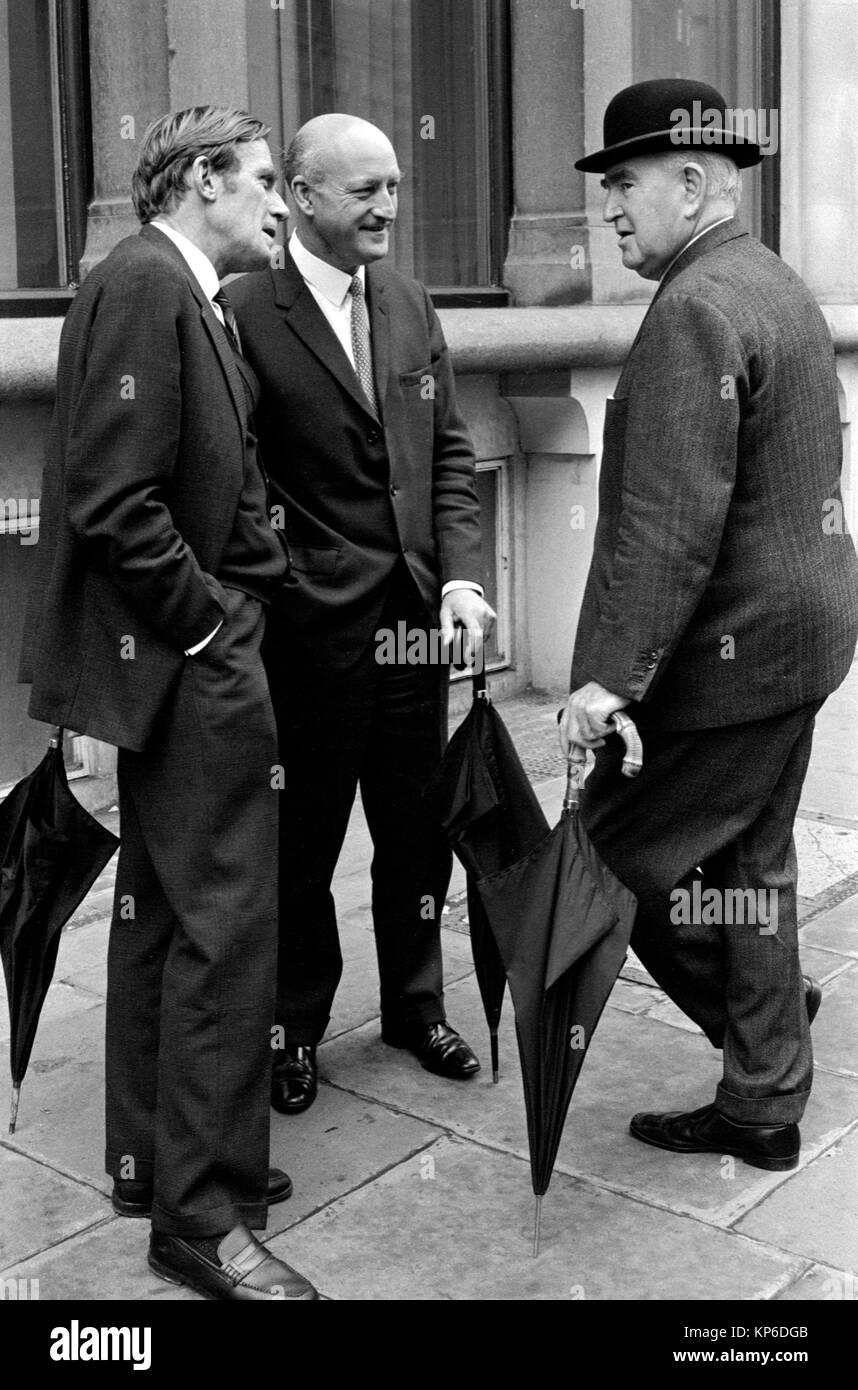 1970 S Stadt London Uk Manner Mit Melone Und Rollte Schirme