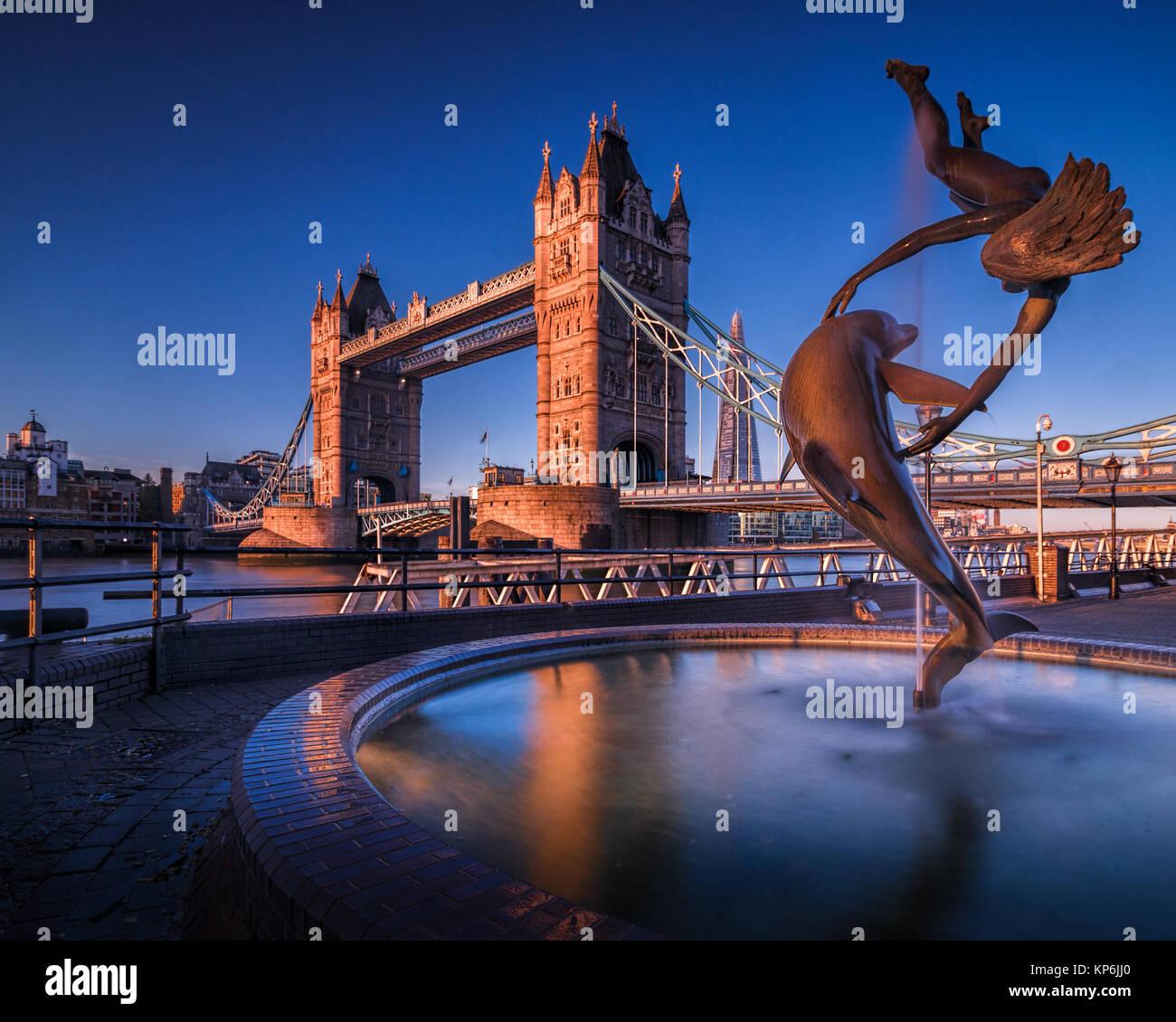 Mädchen mit einem Delphin Skulptur von den späten David Wynne (1973) Neben der Tower Bridge, London Stockfoto