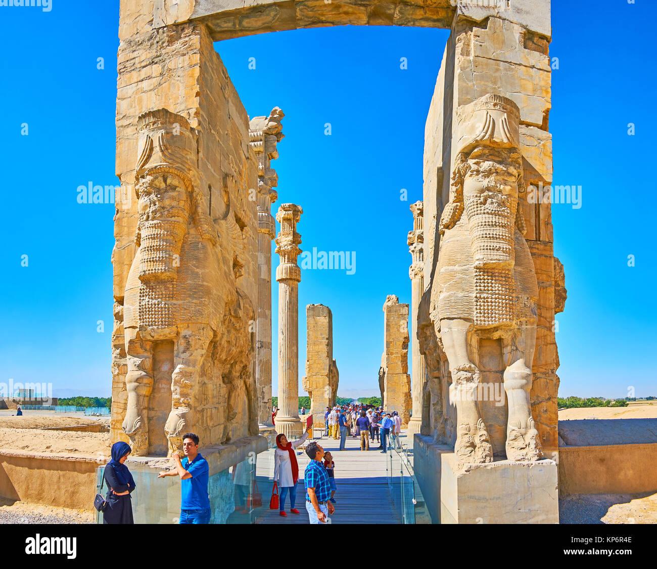 PERSEPOLIS, IRAN - Oktober 13, 2017: Die riesigen Statuen (Lamassu Assyrische Gottheit) der östlichen Eingang schmücken Stockfoto