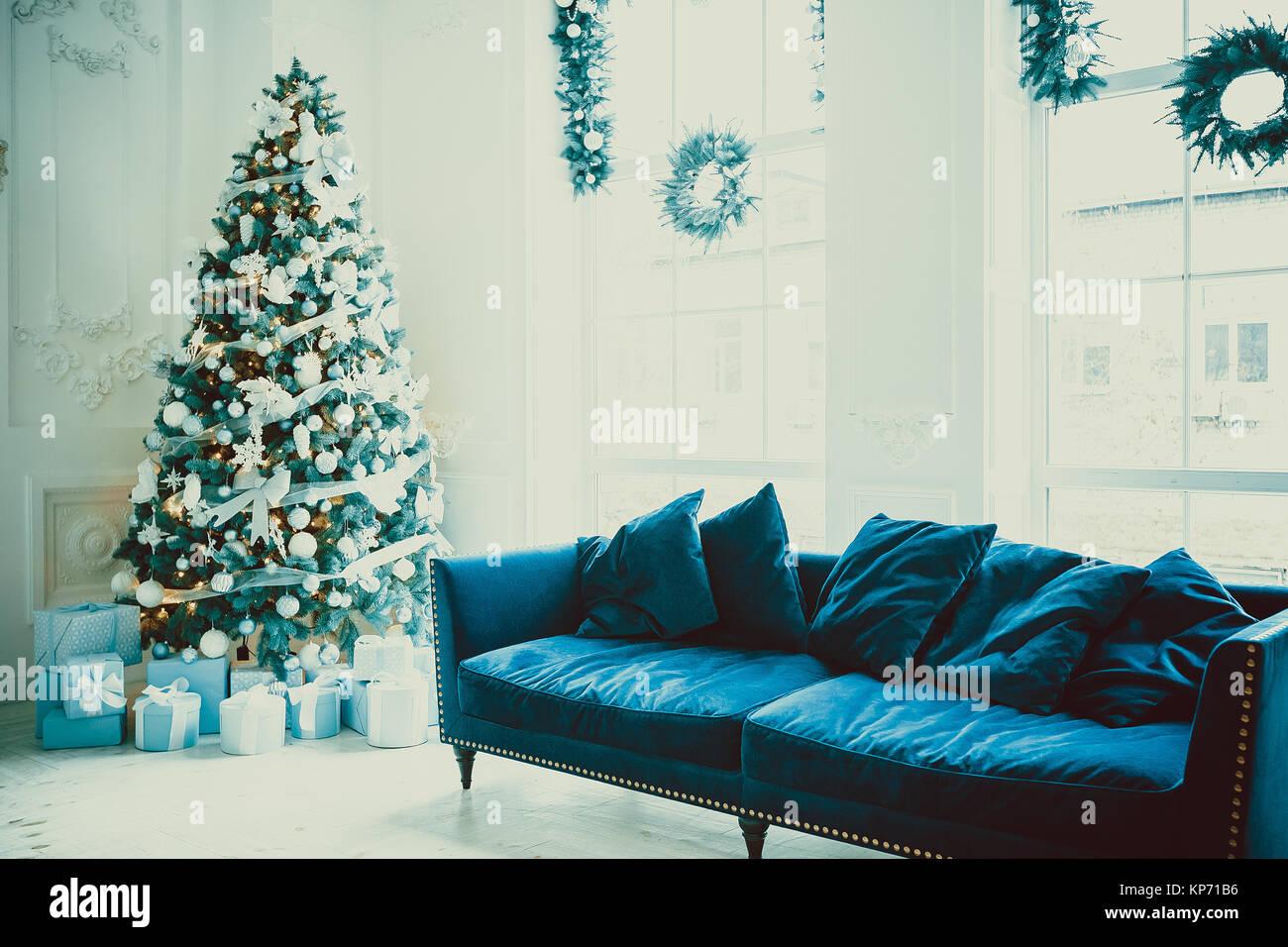 Weihnachten Wohnzimmer Mit Einem Weihnachtsbaum, Geschenke Und Ein Großes  Fenster. Schönes Neues Jahr Eingerichtete Classic Home Interieur