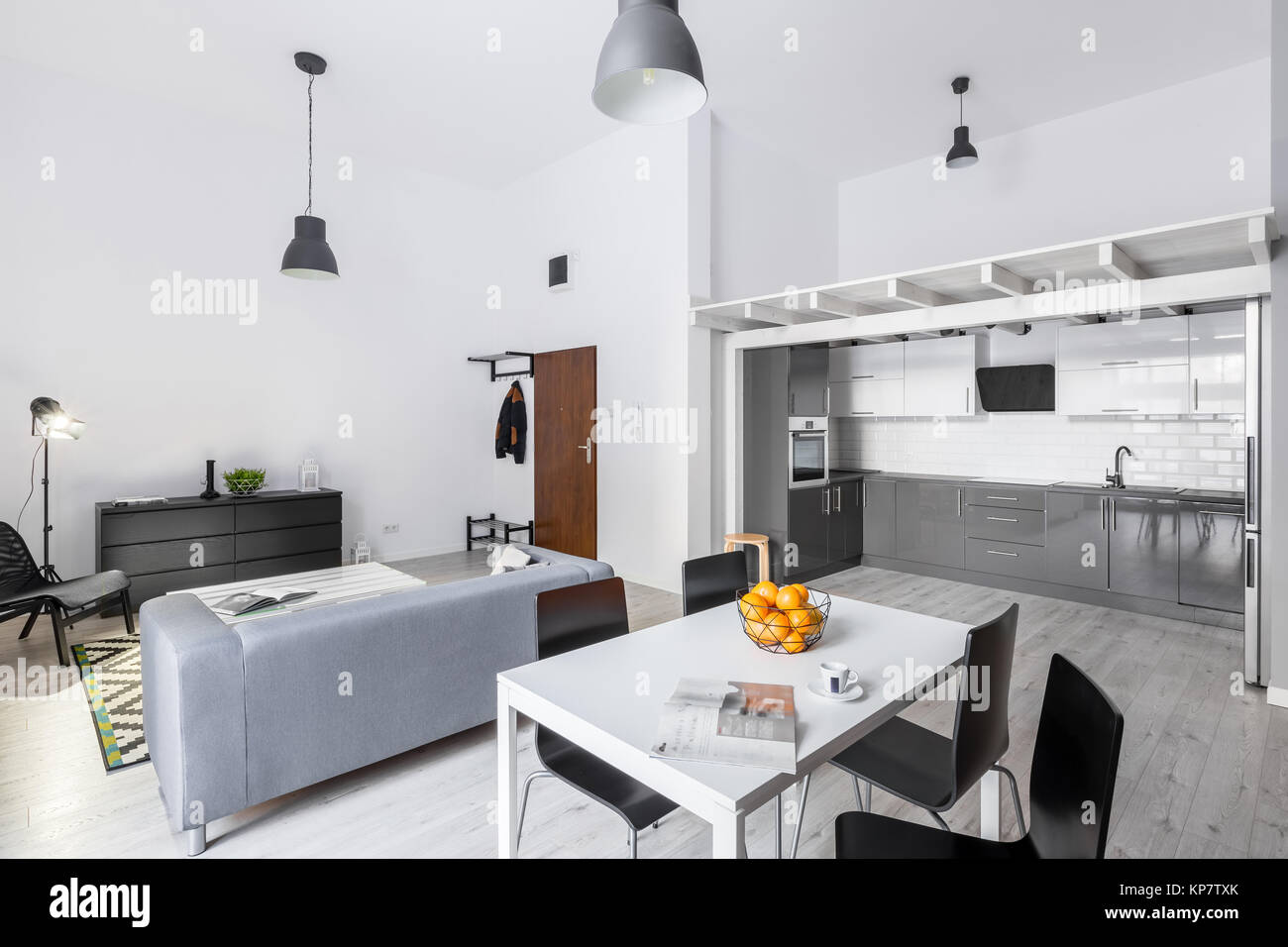 Raum Loft Apartment mit Wohnzimmer, Küche und Mezzanine ...