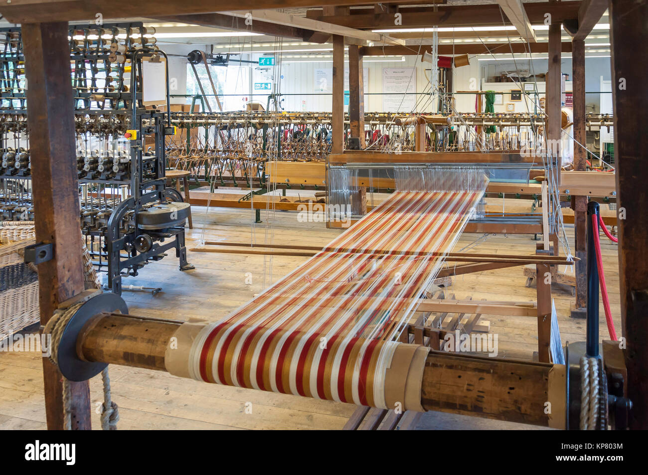 Silk Herstellung von Webstühlen und Ausrüstung in Whitchurch Silk Mill, Whitchurch, Hampshire, England, Stockbild