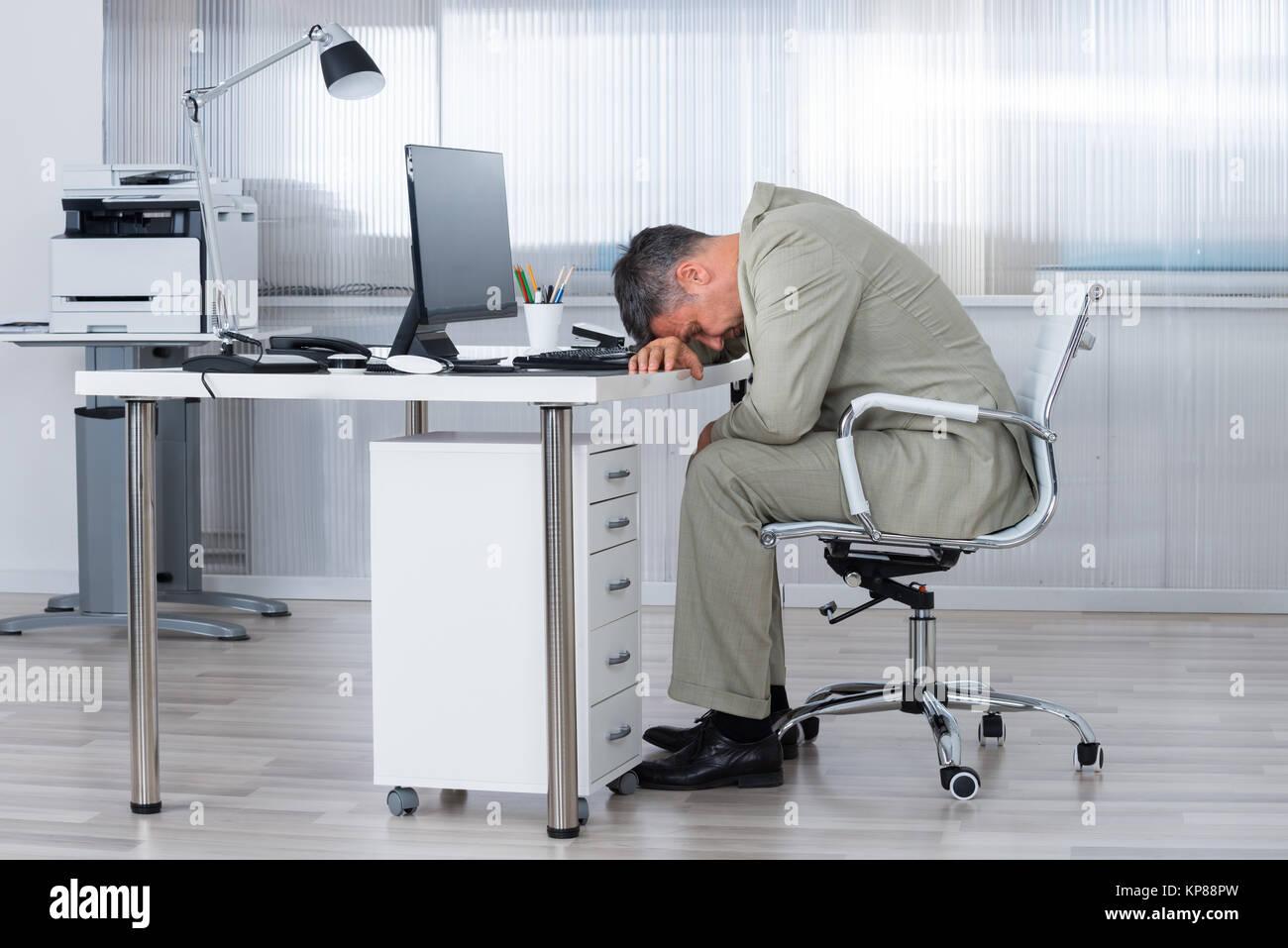 gesch ftsmann schlafen auf dem schreibtisch im b ro stockfoto bild 168598273 alamy. Black Bedroom Furniture Sets. Home Design Ideas