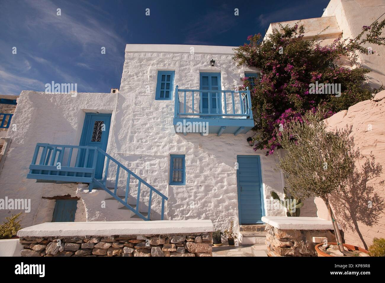 fassade eines wei get nchten haus mit blauen balkon gel nder und fenster in ano syros dorf. Black Bedroom Furniture Sets. Home Design Ideas