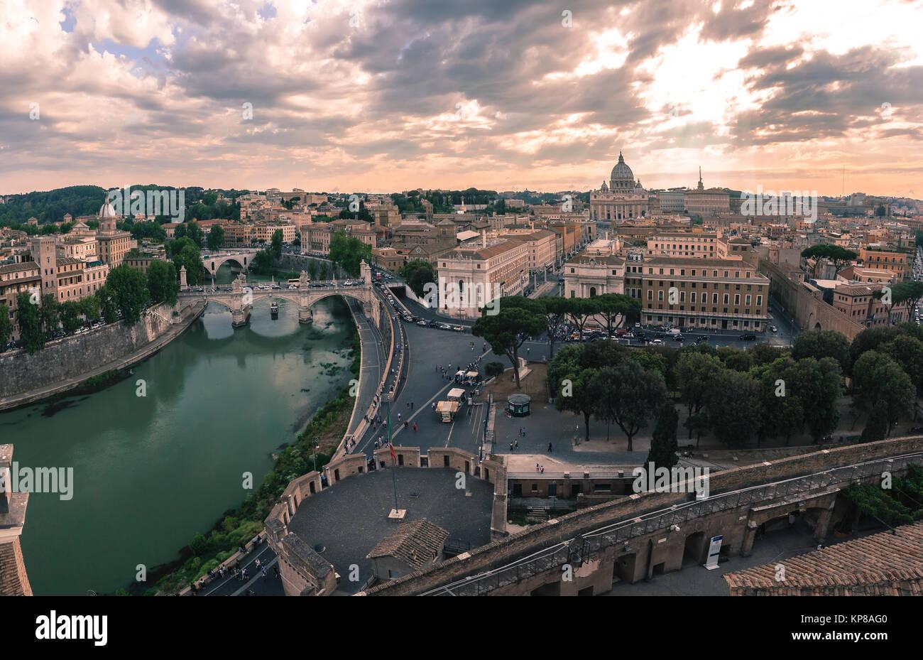 Wunderbare Luftaufnahme von Rom bei Sonnenuntergang, Italien Stockbild