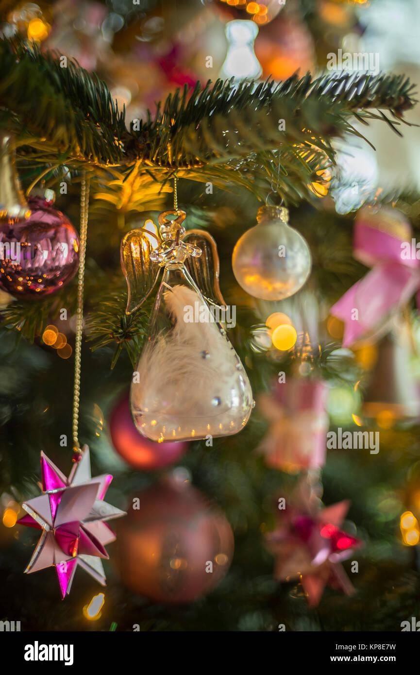 Fensterlicht Weihnachten.Weihnachten Engel Aus Glas Auf Tannenbaum Stockfoto Bild